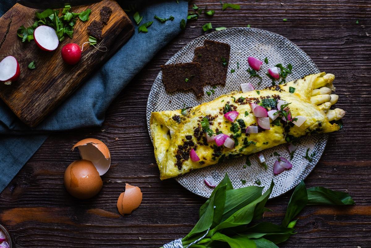 Omelett mit Pumpernickel und Bärlauch